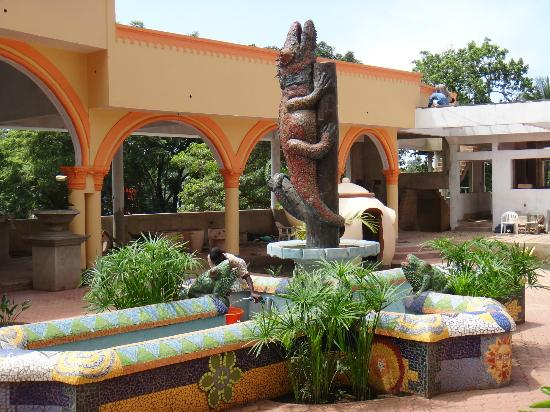 فيرواي هوتل آند سبا: Courtyard with funky artwork