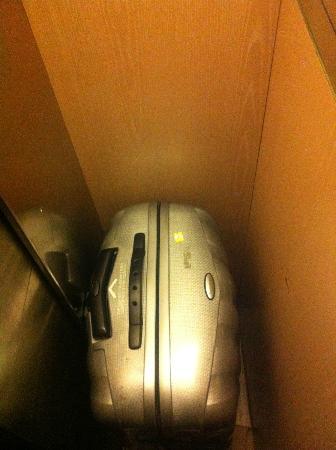Jeff Hotel- Paris : Ecco l'ascensore, si lamenta anche la valigia.