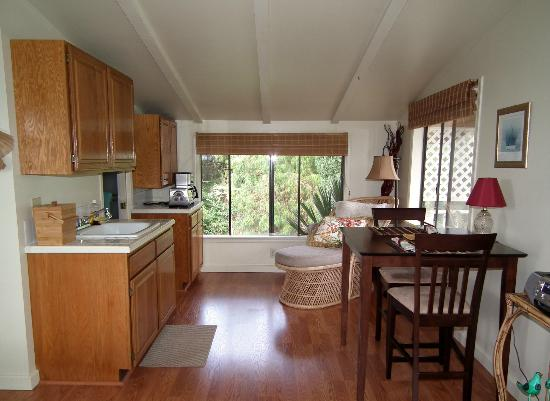 Kula View: Kitchen & dining area
