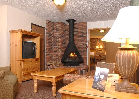 Best Western Of Harbor Springs: Suite with 2 Queen beds, full kitchen and real wood fireplace