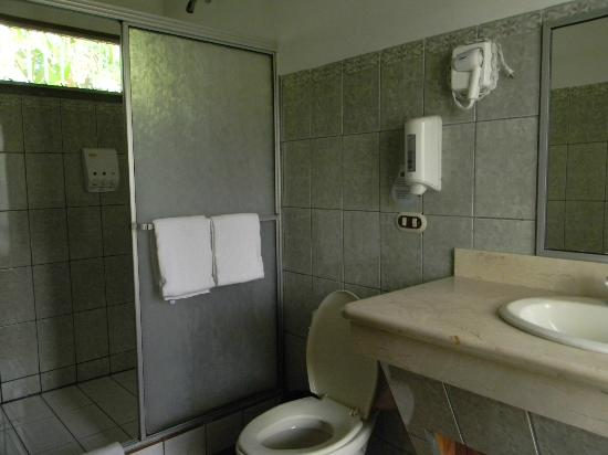 Arenal Paraiso Hotel Resort & Spa: modern bathroom