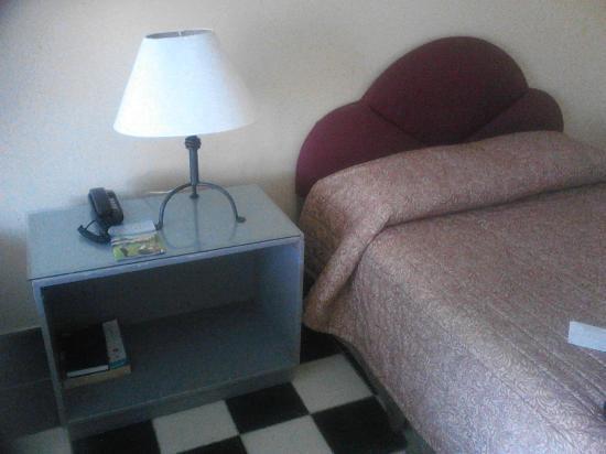 Puerto Plata Village Resort: Cama y mesa, falta mantenimiento