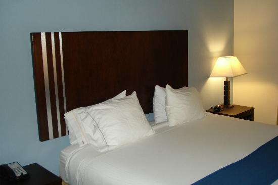 Holiday Inn Express & Suites Atlanta Airport West - Camp Creek: Bed