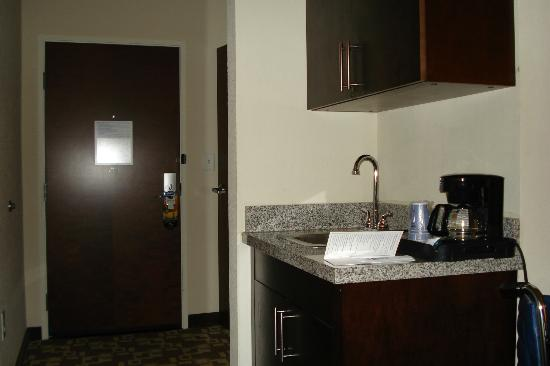 Holiday Inn Express & Suites Atlanta Airport West - Camp Creek : Hall and wet bar