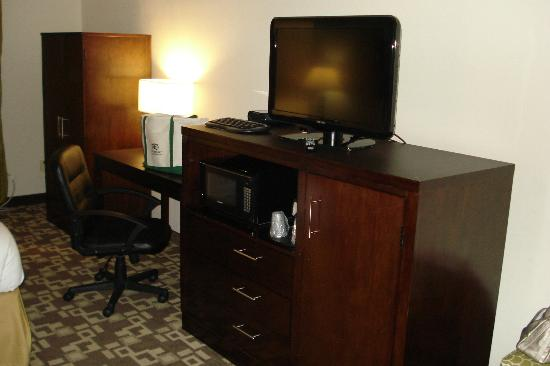 Holiday Inn Express & Suites Atlanta Airport West - Camp Creek: TV
