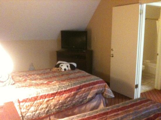 Rodeway Inn & Suites: Private Bedroom w/ 2 beds