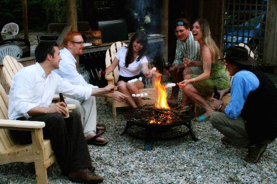 Abbey's Lantern Hill Inn: Guests making smores