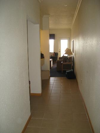 Cherry Tree Inn & Suites: The long hallway between door and livingroom