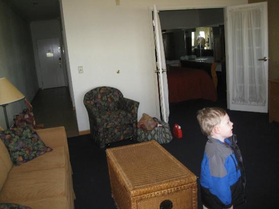 Cherry Tree Inn & Suites: Looking from door to the beach into the bedroom