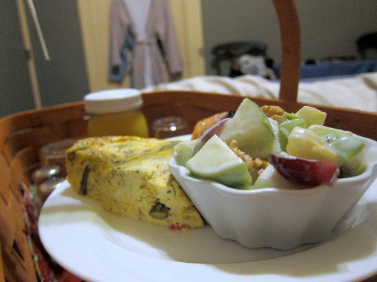 A White Jasmine Inn: Breakfast: Vegetable quiche, waldorf salad (?), pastry & orange juice