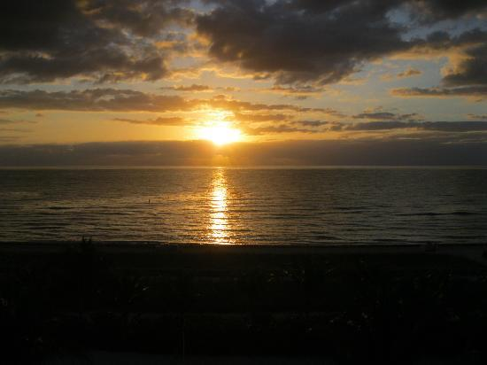 Solara Surfside Resort: Good Morning Sunrise