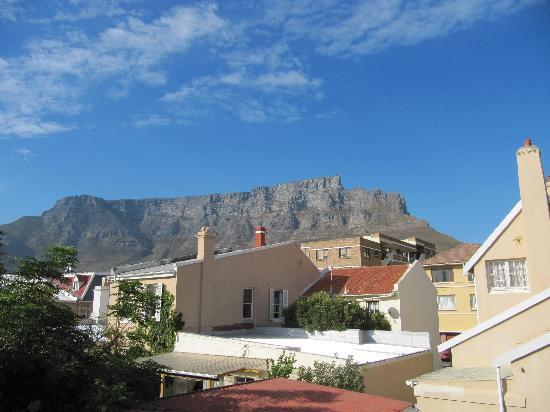 ‪آن أفريكان فيلا: View of Table Mountain from the back of the house‬