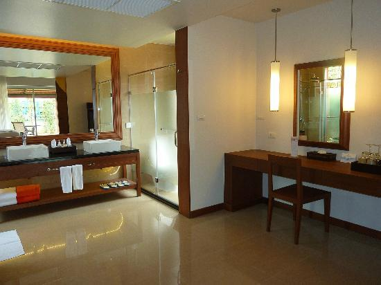 Beyond Resort Khaolak: Dressing area and sinks.