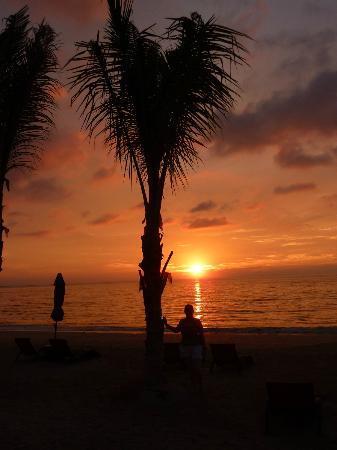 Beyond Resort Khaolak: Sunset at the bar