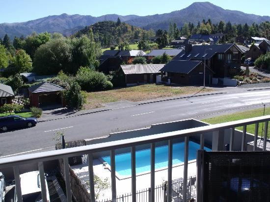 Clear Ridge Apartments : Looking West towards to beautiful mountains