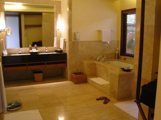 Shanti Maurice A Nira Resort: grosszügiger Badbreich