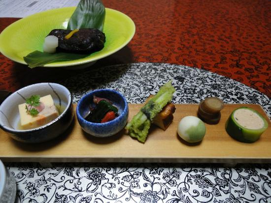 Gingetsu: 夕食です。左奥が鯉料理です。