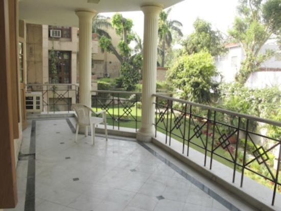 Sham Nath Villa: Balcony off our room