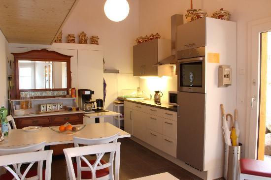 Chalet Gafri - Hotel and BnB: Frühstücks-Aufenthaltraum mit gemeinsamer Küche