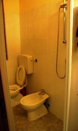 Hotel Arcobaleno: La cabina doccia con WC e bidet.