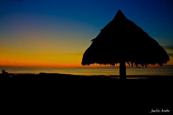 إجوانا لودج آند سبا بيتش ريزورت: Beach at Sunrise