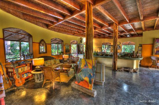 Iguana Lodge: Hotel Kitchen and hangout area
