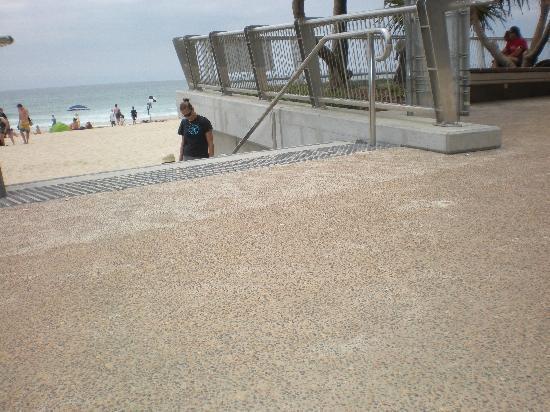 Surfers Paradise Beach : beach side