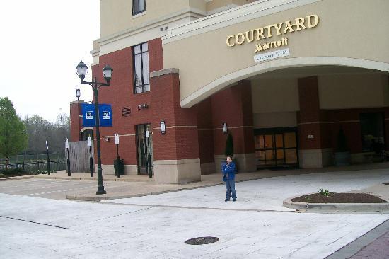Courtyard Gaithersburg Washingtonian Center: grandson in front of the hotel
