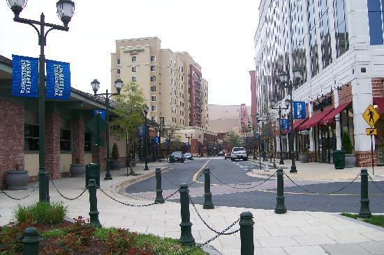 Courtyard Gaithersburg Washingtonian Center: hotel in distance-main street of shopping area