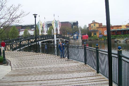 Courtyard Gaithersburg Washingtonian Center: boardwalk around lake-shopping district in distance