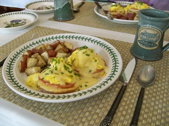 Historic Smithton Inn: Eggs Benedict Arnold