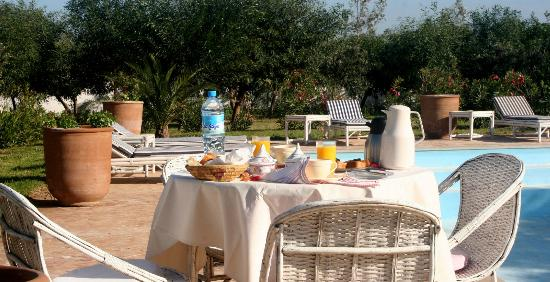 Villa Dar Mogador : Petit-déjeuner au bord de la piscine