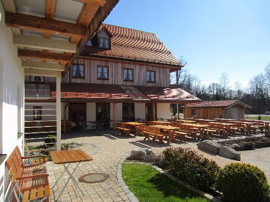 Der Landgasthof Reindlschmiede: restaurant serves outside
