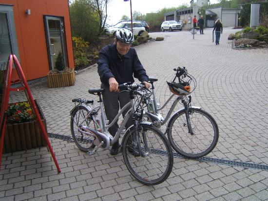 Hapimag Resort Winterberg: Renting electric bicycles in front of reception