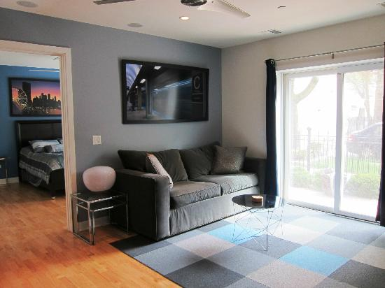 The Flats at Loyola Station: 101 Living room