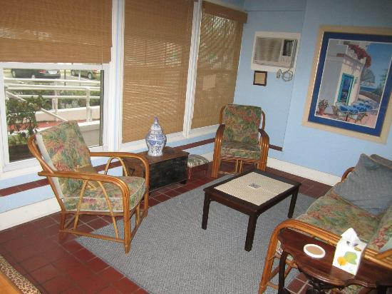 Sea Breeze Manor Inn: Sitting room with bay view