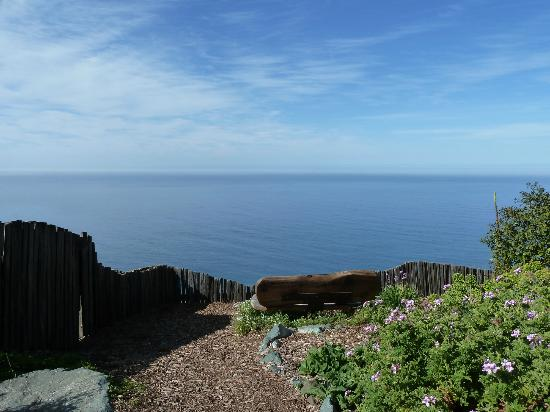 Post Ranch Inn: Wonderful places to sit and take in big sur from the Post Ranch grounds