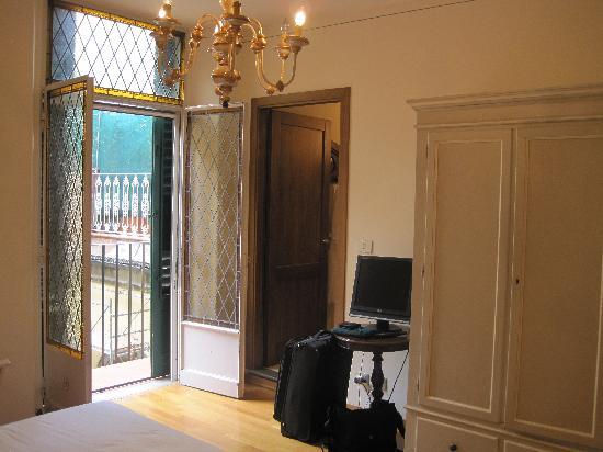 Soggiorno Rondinelli: French Doors to Balcony
