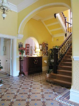 Carmichael Guesthouse: Our always freshly flowered reception