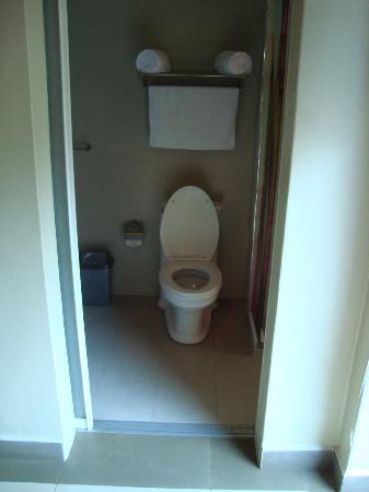 Metropole Hotel Kampala: shower didnt have a door/curtian