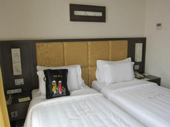 Silk Path Hotel: The twin-beds (small).