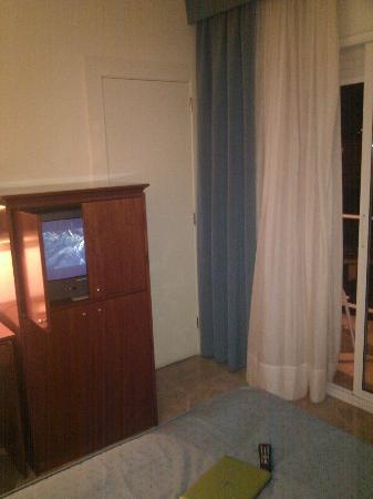 Hipocrates Curhotel: TV y puerta que comunica con otra habitación