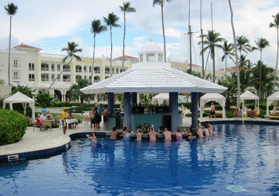 Iberostar Grand Hotel Bavaro: The swim up bar