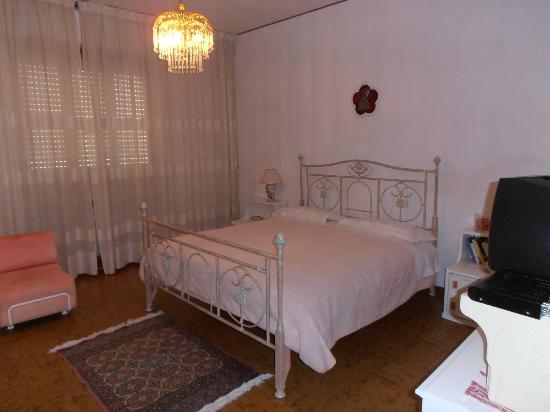 Una delle camere da letto foto di b b da roby corinaldo for Camere da letto b b italia
