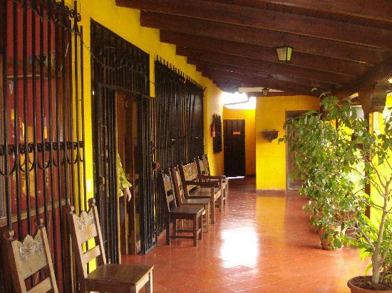 Hotel Linda Vista: Pasillos exteriores amplios