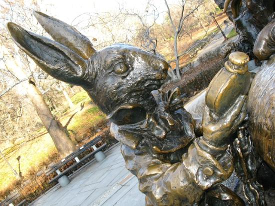 Alice in Wonderland Statue: Alice in Wonderland - Dezember 2011
