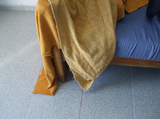 Aquasol Apartments: thin ragged towels