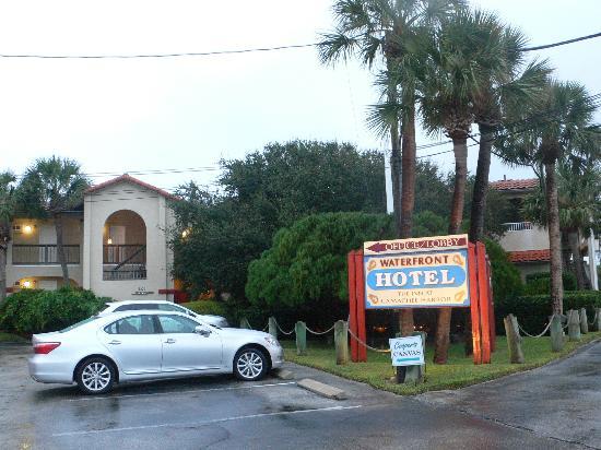 Inn at Camachee Harbor: Hotel Parkplatz