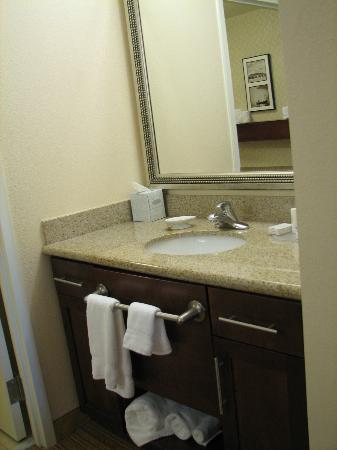 Residence Inn Newport News Airport: Sep sink in bathroom (granite countertops)