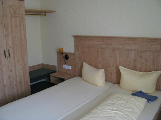 Adler: Bett, Kleiderschrank und Kofferablagemöglcihkeit